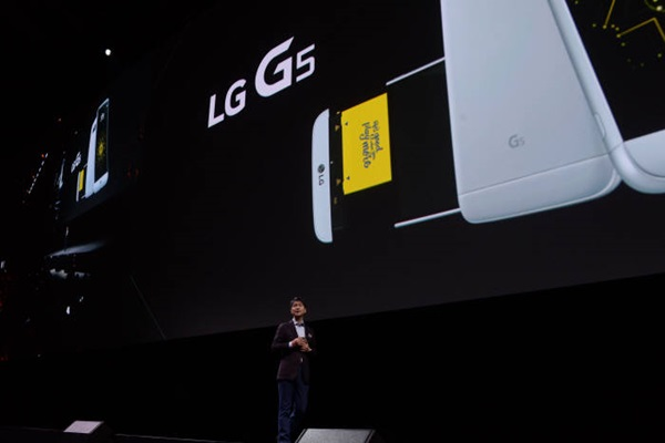 President Cho Joon-ho of LG Electronics is introducing G5 at Barcelona's Sant Jordi Club, which is holding MWC 2016 Event, on the 21st of February (Spain time).  Barcelona (Spain) = Staff Reporter Park, Jiho | jihopress@etnews.com