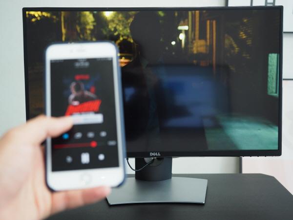 델 27인치 곡면 모니터 SE2716H에 크롬캐스트를 연결하면 PC 등 연결 허브 없이도 스마트폰으로 콘텐츠를 바로 감상할 수 있다.