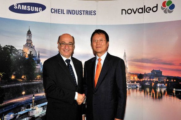 Picture of President Park Jong-woo (right) of Cheil Industries Inc. and CEO Gildas Solin having a handshake at commemoration of establishment of Novaled in October of 2013