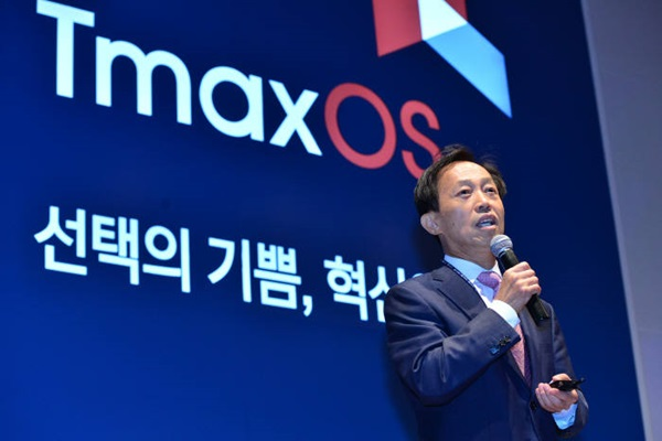 At 'Tmax OS Presentation', which was held at KOEX on the 20th, Chairman Park Dae-yeon of Tmax is making a keynote speech with a topic of 'Happiness of Choice, Start of Innovation'.  Staff Reporter Yoon, Sunghyuk | shyoon@etnews.com