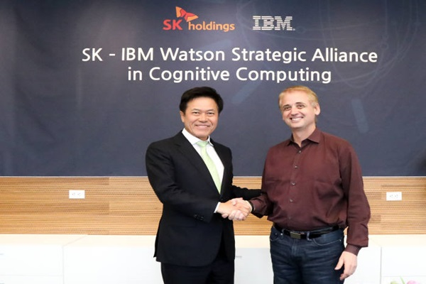 President Park Jung-ho (left) of SK Holdings Co., Ltd. and General Manager David Kenny of IBM reached an agreement and are taking a commemorative picture.