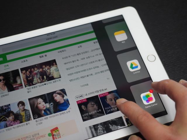 애플 9.7인치 아이패드  프로에는 다양한 멀티태스킹 기능들을 이용할 수 있다.