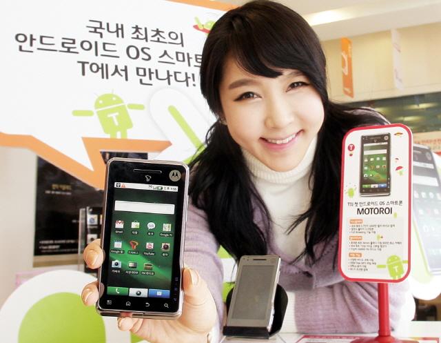 국내 첫 안드로이드 스마트폰 모토로라 '모토로이'(사진=SKT)