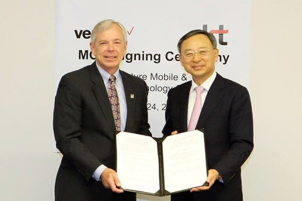 Chairman Hwang Chang-kyu (on the right) of KT and CEO Lowell McAdam of Verizon agreed on 'Business Agreement of 5G Technologies' in Basking Ridge where Verizon Headquarters is located on the 24th (U.S. time).