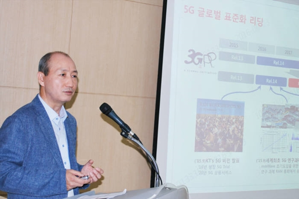 KT has emphasized its position once again that 'KT Pyeongchang Standards for 5G Technologies' that it introduced at The Korean Institute of Communications and Information Sciences will be 5G standards that will be used during 2018 Pyeongchang Winter Olympics.  Vice-President Oh Seong-mok of KT is explaining about 5G standards at an academic competition of The Korean Institute of Communications and Information Sciences that was held on the 23rd.