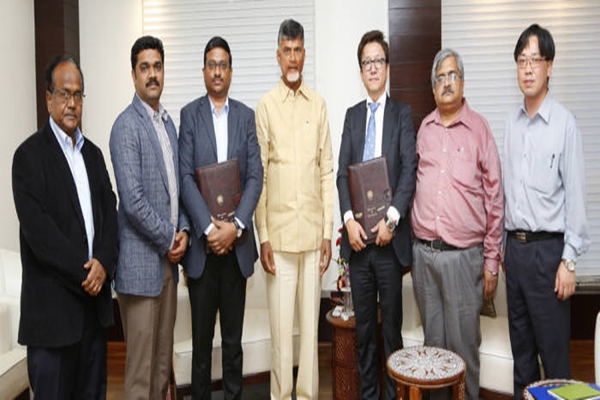 (3rd from the left) CEO Sambasiva Rao of APSFL, Governor Chandrababu Naidu of AP, and Department Head Won Deok-yeon of DASAN Network Solutions Foreign Business Department are taking a commemorative picture after exchanging a memorandum of understanding.