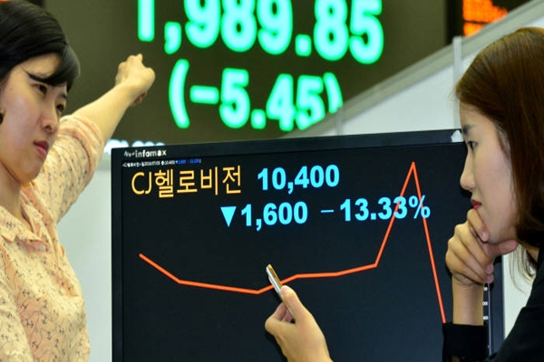 CJ HelloVision's stock fell to $8.97 (10,000 KRW), which is 13.33% decrease from previous day, on the 5th as there was a news that M&A between CJ HelloVision and SK Telecom was disapproved.  Employees from Korea Stock Exchange are looking at a graph of CJ HelloVision's stock.  Staff Reporter Yoon, Seonghyeok | shyoon@etnews.com
