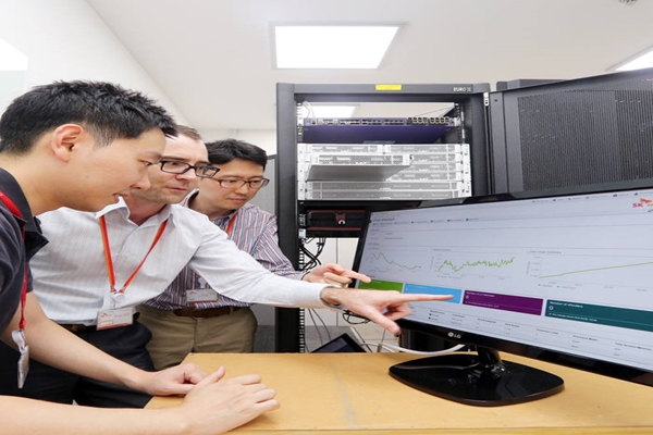 A picture of SK Telecom and Ericsson demonstrating Network Slicing technology