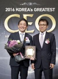 27일 열린 '2016 대한민국 CEO 대상'에서 최고 품질부문 대상을 수상하는 농심켈로그 한종갑 대표이사(왼쪽)이 기념촬영을 하고 있다. 사진=농심켈로그 제공