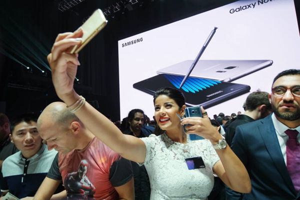 Participants are experiencing Galaxy Note 7 at Samsung Electronics Galaxy Note 7 Unpack Event that was held at Hammerstein Ballroom in New York on the 2nd (U.S. time).