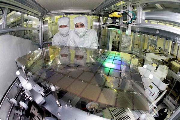 A picture of AMOLED being produced at Samsung Display's A1 production line (Picture = Samsung Display)