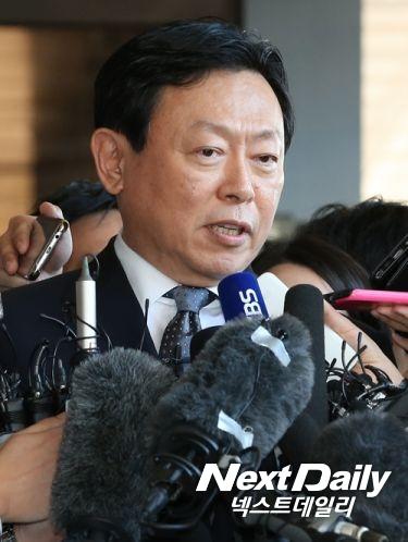 """신동빈, 검찰 출석…""""조사에 성실히 임하겠다"""""""