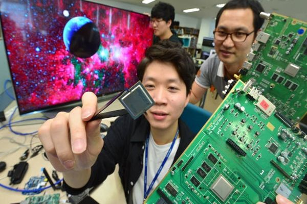 Telechips, which is a fabless semiconductor company, is going to supply SoC for Set-Up Box to one of North America's huge broadcasting companies.  Researchers from Telechips are testing Set-Up Box SoC.  Staff Reporter Kim, Dongwook | gphoto@etnews.com