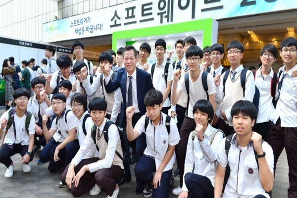 'Softwave 2016' was held at KOEX on the 26th.  Students that have passion in SW had visited Software 2016.  Students from Hanyang Technical High School and CEO Koo Won-mo of The Electronic Times are celebrating South Korean SW industries.  Staff Reporter Yoon, Seonghyeok | shyoon@etnews.com