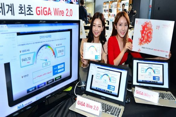 KT celebrated number of members for GiGA-Internet surpassing 2 million at KT Square in Gwanghwamun Gate on the 29th and declared GiGA-Internet 2.0 generation.  Models are introducing 'GiGA-Wire 2.0'.  Staff Reporter Yoon, Seonghyeok | shyoon@etnews.com