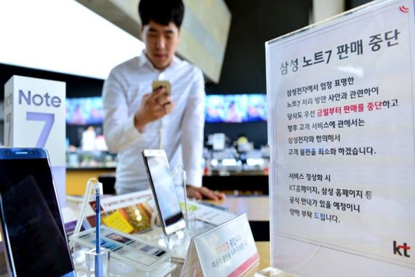 Samsung Electronics has decided to temporarily stop selling and exchanging new Galaxy Note 7s globally.  There is a sign that indicates stoppage of sales of Galaxy Note 7 at Gwanghwamun Gate KT Square on the 11th.  Staff Reporter Yoon, Seonghyeok | shyoon@etnews.com