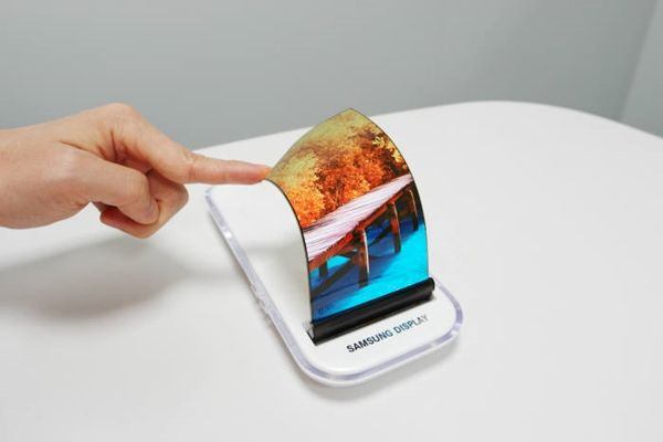 Picture of Samsung Display's 5.7-inch QHD 2560x1440 Flexible AMOLED.  Its thickness is only 0.3mm.  (Picture = Samsung Display)