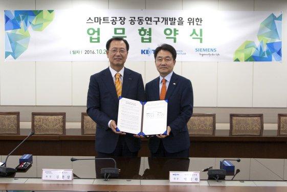 김종갑 한국지멘스 대표이사/회장(왼쪽)과 박청원 전자부품연구원장이 국내 제조산업 발전을 위한 스마트 공장 공동 연구개발 양해각서(MOU)를 체결했다.