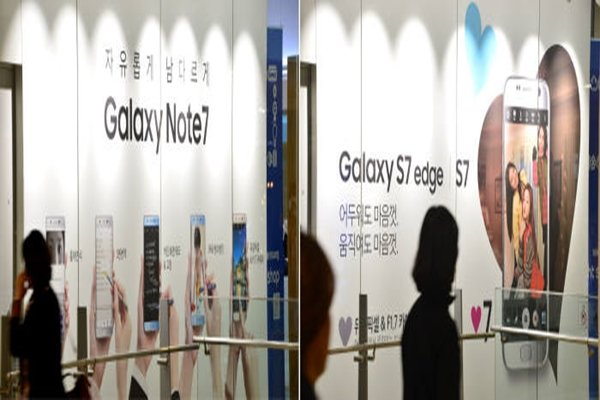 Samsung Electronics' D'light Shop, which is located in Seocho-dong, that was advertising Galaxy Note 7 before is now advertising Galaxy S7 Edge.  Staff Reporter Kim, Dongwook | gphoto@etnews.com