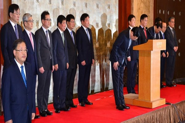 Chairman Shin Dong-bin of Lotte Group and group of presidents of Lotte's subsidiaries are apologizing at a press conference that was held at Seoul Lotte Hotel on the 25th.  Staff Reporter Kim, Dongwook | gphoto@etnews.com