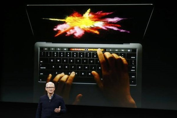 CEO Tim Cook of Apple is explaining Apple's new MacBook Pro.  (Picture = The Electronic Times database)