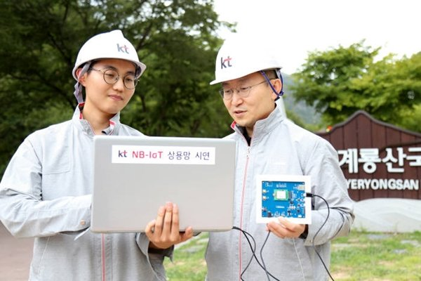 KT made an announcement on the 31st that it succeeded in demonstrating major technologies of NB-IoT that is based on 3GPP standards in LTE network.  KT's employees are testing coverage expansion technology with NB-IoT core network equipment at a hiking trail where signal is weak.