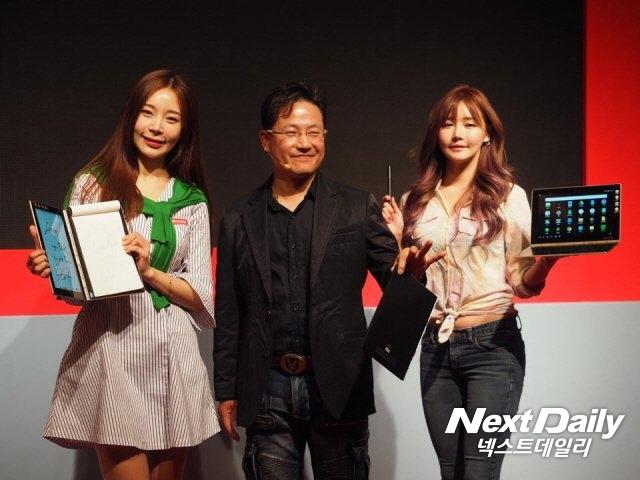 강용남 한국레노버 대표가 요가북을 소개하고 있다.