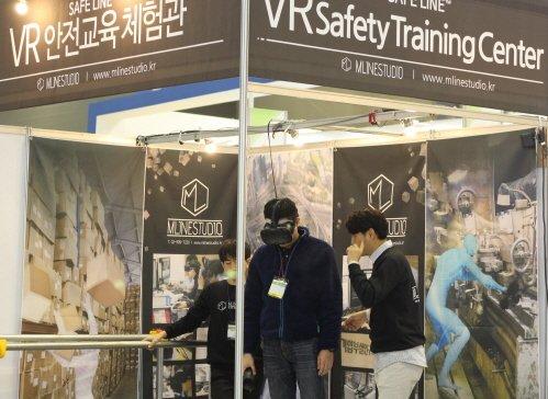 ㈜엠라인스튜디오의 VR 추락 재해 콘텐츠를 체험하는 업계 전문가의 모습