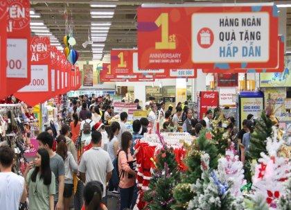 오는 12월 7일까지 이마트 베트남 1호점 고밥점 오픈 1주년 기념 행사가 펼쳐지는 가운데 26일 토요일 오후 매장이 쇼핑을 하기 위해 방문한 고객들로 붐비고 있다. 사진=이마트 제공
