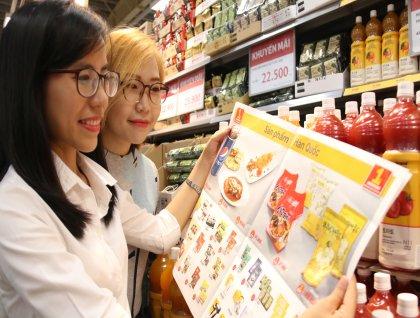 오는 12월 7일까지 이마트 베트남 1호점 고밥점 오픈 1주년 기념 행사가 펼쳐지는 가운데 26일 토요일 오후 고객들이 전단지의 한국 행사상품을 들여다 보고 있다. 사진=이마트 제공