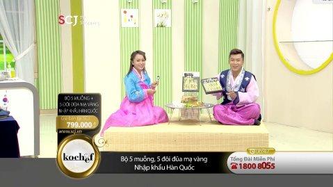 베트남 SCJ의 쇼호스트들이 한복을 입고 '한국 금수저 세트'를 판매하는 화면 왼쪽에 '태극기'가 놓여있다. 사진=CJ오쇼핑 제공