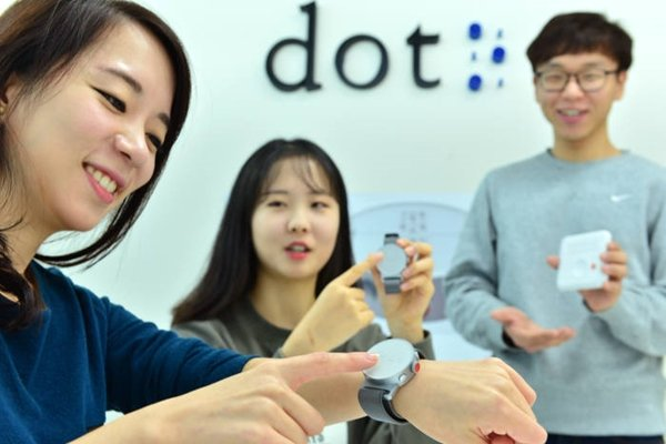Dot is going to start selling world's first Braille Smart Watch starting from England.  A researcher from Dot is demonstrating a Smart Watch that allows people to read words with fingertip.  Staff Reporter Yoon, Seonghyeok | shyoon@etnews.com