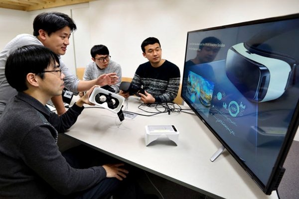 SK Telecom made an announcement on the 4th that it has started developing 5G services using AR and VR along with 3 venture companies.  Researchers from SK Telecom and Looxid Labs are carrying out co-research that analyzes one's feeling based on VR contents.
