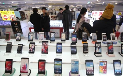 스마트폰 출고가 줄줄이 인하한 까닭은?