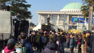 국회 앞 탄핵 촉구 집회, 몰려드는 시민들