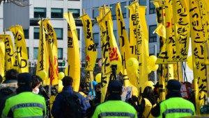 국회 앞 `탄핵 촉구` 시민들, 경찰과 대치중