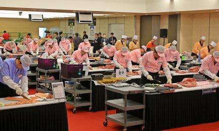 롯데마트가 오는 11일 '제3회 신선명장(名匠) 선발대회'를 개최해 농산, 축산, 수산, 조리식품(Meal Solution) 분야의 최우수 직원을 선발한다. 사진은 지난해 행사 장면. 사진=롯데마트 제공