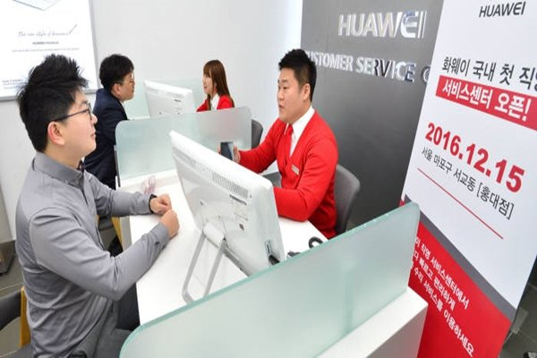 After launching a flagship Smartphone, Huawei opened up its first direct service center in Hongdae, South Korea on the 15th.  It is going to provide AS through this service center as well as other 50 consignment repair shops that are located throughout South Korea.  Staff Reporter Kim, Dongwook | gphoto@etnews.com