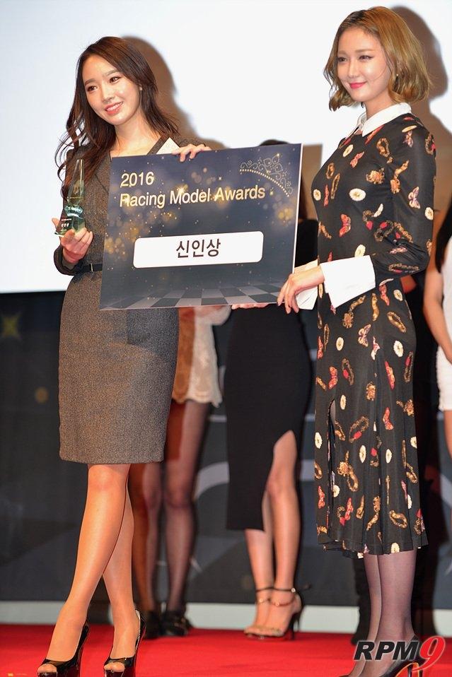 김다나 양(왼쪽)이 신인상을 받고 기뻐하고 있다.