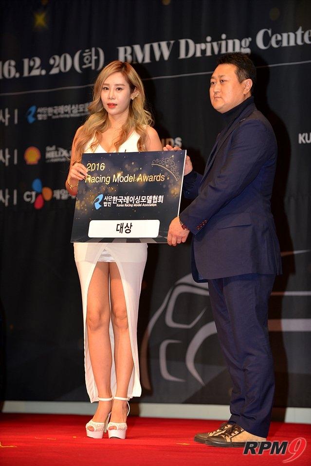 2016 레이싱모델 어워즈 대상을 수상한 강하빈(왼쪽) 양. 오른쪽은 한국레이싱모델협회(가칭) 이민형 회장