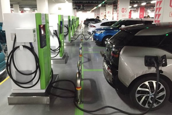 Electric vehicles are being charged at Lotte World Mall's underground parking lot on the 21st.  Total of 12 chargers including 6 rapid chargers are installed just at the second floor of this underground parking lot.