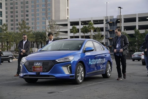 With American press on site, Hyundai Motor Company had carried out a test drive of its self-driving car called IONIQ in cities of Las Vegas on the 15th (U.S. time) during daytime and nighttime.  When a self-driving car is applied with telecommunication, smarter self-driving technology can be developed.  Partnership between Hyundai Motor Company and KT is expected to have huge influence in all industries in South Korea.