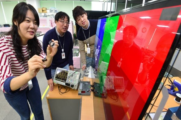An employee from LG Display is testing quality of UHD OLED TV.  (Picture = database from The Electronic Times)