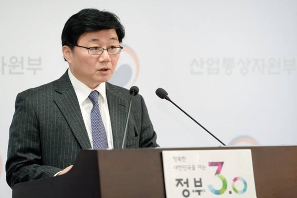 Department Head Chae Hee-bong of Ministry of Trade, Industry and Energy's Trade Investment Department is briefing a trend of FDI in 2016 at Sejong Complex on the 3rd.