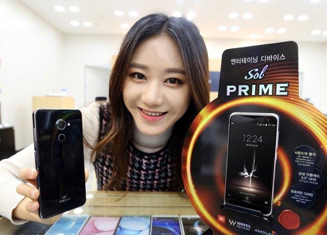 SK텔레콤 매장에서 홍보모델이 '쏠 프라임' 공식 출시를 알리고 있는 모습