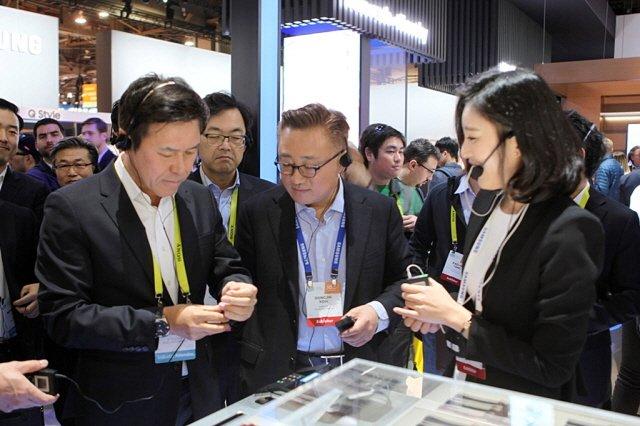 미국 라스베이거스 컨벤션센터에서 5일(현지시각) 개막한 'CES 2017'에 차려진 삼성부스에서 SK텔레콤 박정호 사장과 삼성전자 고동진 무선사업부 사장이 '기어S3'를 직접 착용해 보고 있다.