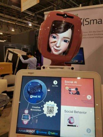 퓨처로봇이 선보인 인공지능이 결합한 로봇 `퓨로 데스크`.