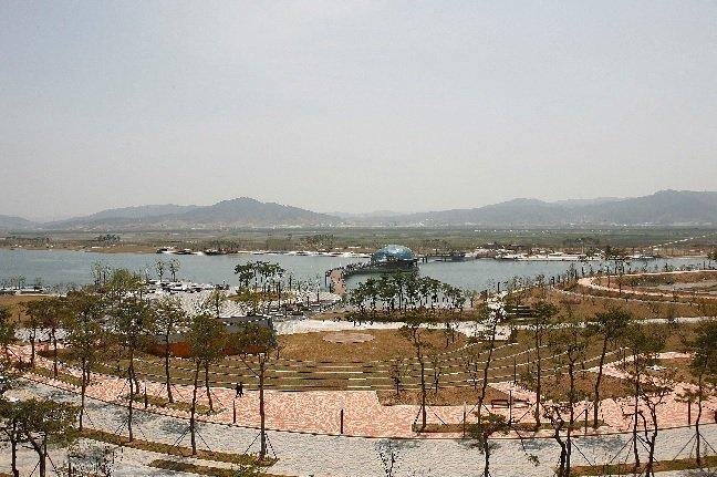 세종시의 중앙호수공원에 위치한 수상무대 강가의 조약돌을 형상화 (건축가 윤창기디자인)