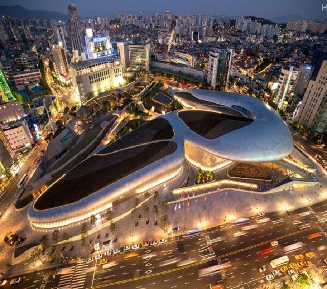 서울시 동대문 디자인 플라자(건축가 고 자하하디드의 디자인)