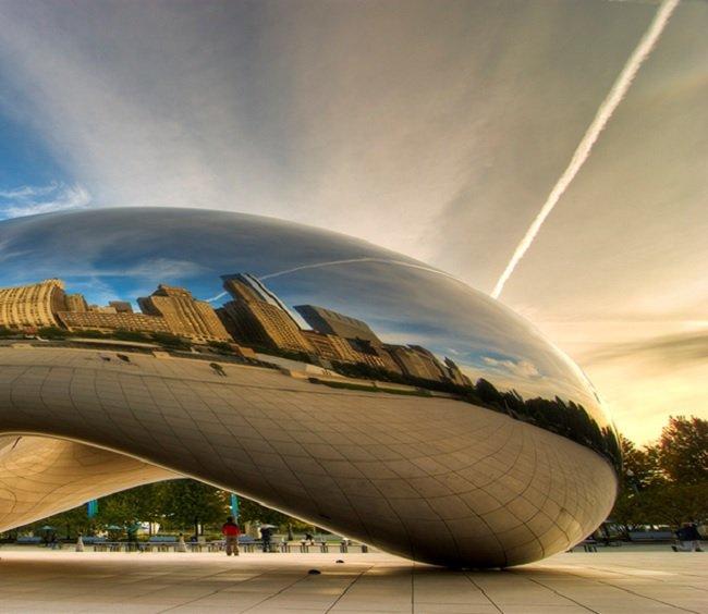 시카고 밀레니엄공원에 위치한 클라우드 게이트 (조각가 애니쉬 카푸어 디자인)관람객이 조형물의중앙을 통과하면서 색다를 체험을 할수 있다는 점에서 조형물이 상호 작용을 하는 예술작품.